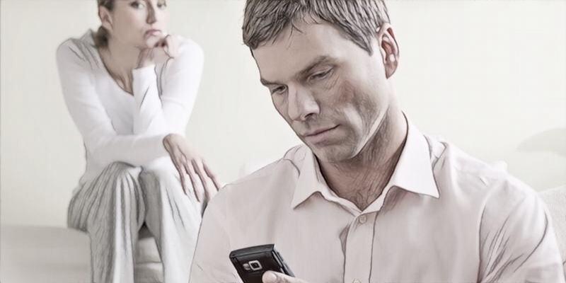 Quan sát kỹ những biểu hiện lạ của chồng mình và xâu chuỗi lại