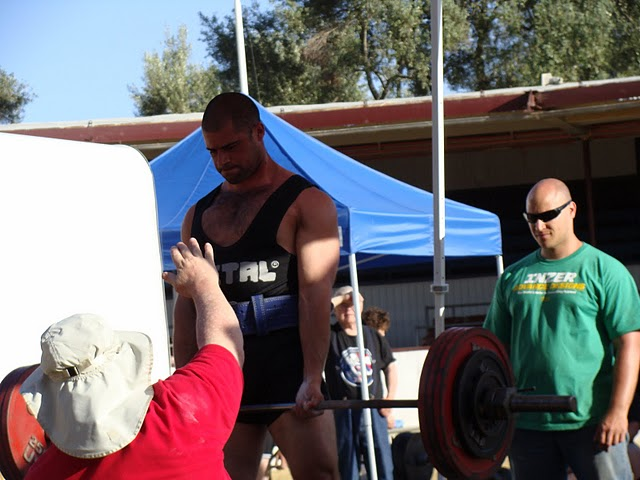 San Diego personal trainer deadlifting at a powerlifting competition.