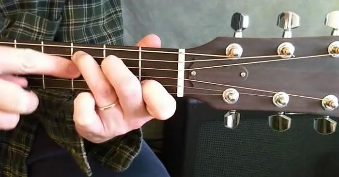 ban-tay-nho-co-choi-guitar-duoc-khong