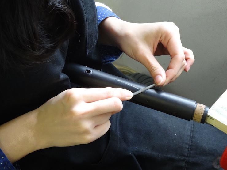 ②固まったらヤスリで管体の外形に沿って削ります