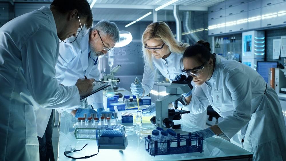 Embora esteja ligada à Farmácia, a farmacologia recebe contribuição de diversos outros campos do conhecimento. (Fonte: Shutterstock)