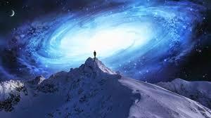 Persona en lo alto de una gran montaña gris y el Universo oscuro de fondo