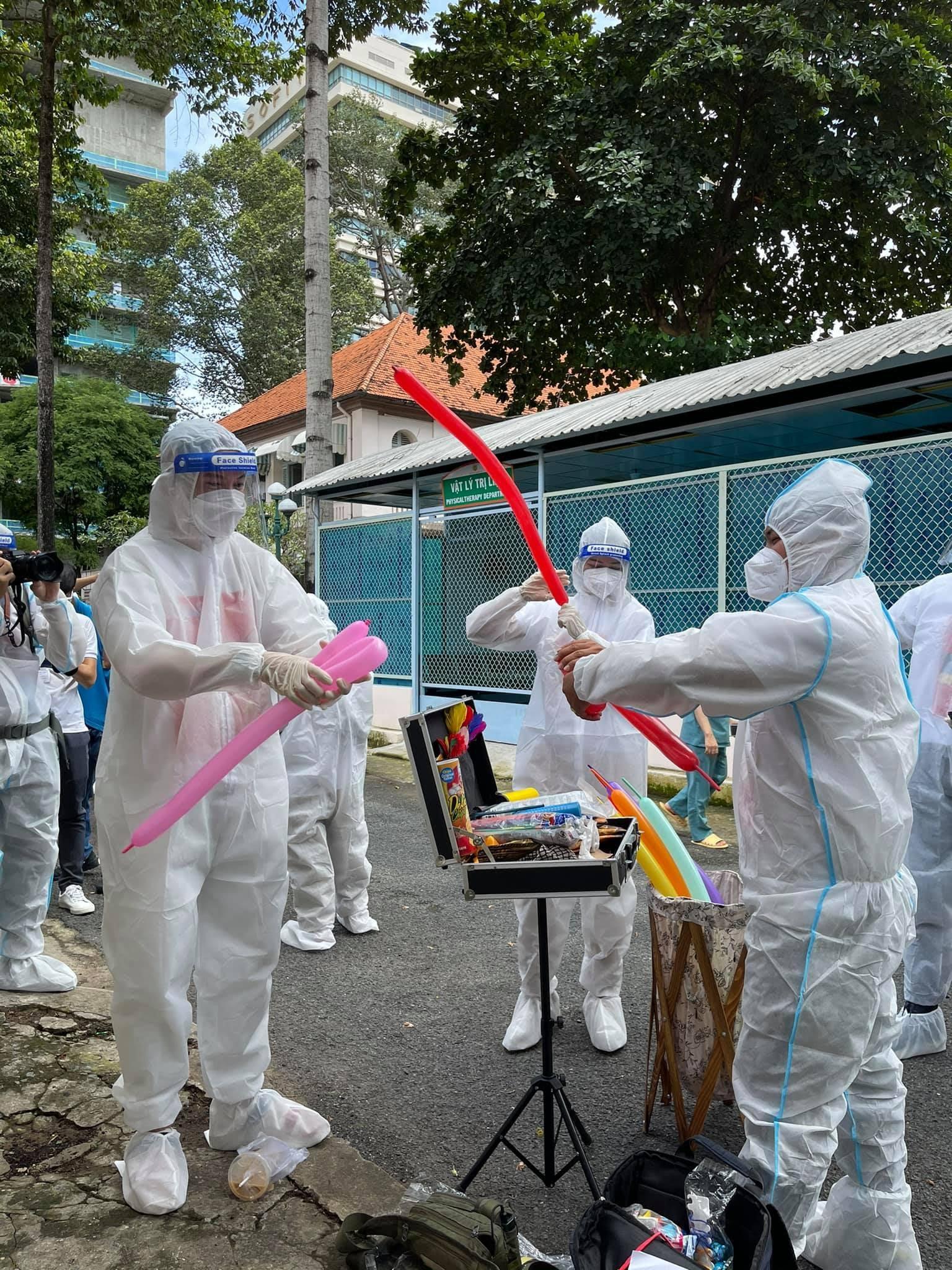 Nguyễn Phi Hùng, H'Hen Niê, ST Sơn Thạch mang Trung Thu đến với các bé tại Bệnh Viện Nhi Đồng