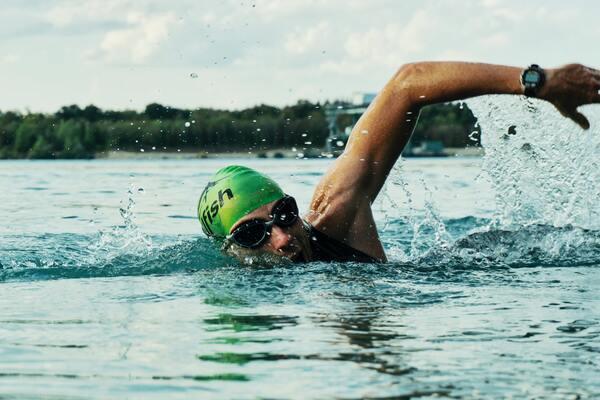 Foto de um cara nadando profissionalmente