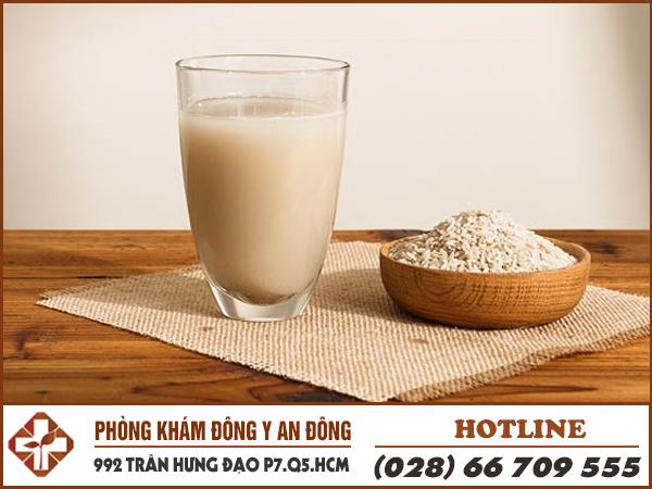 Đau dạ dày uống trà gạo giúp giảm đau.