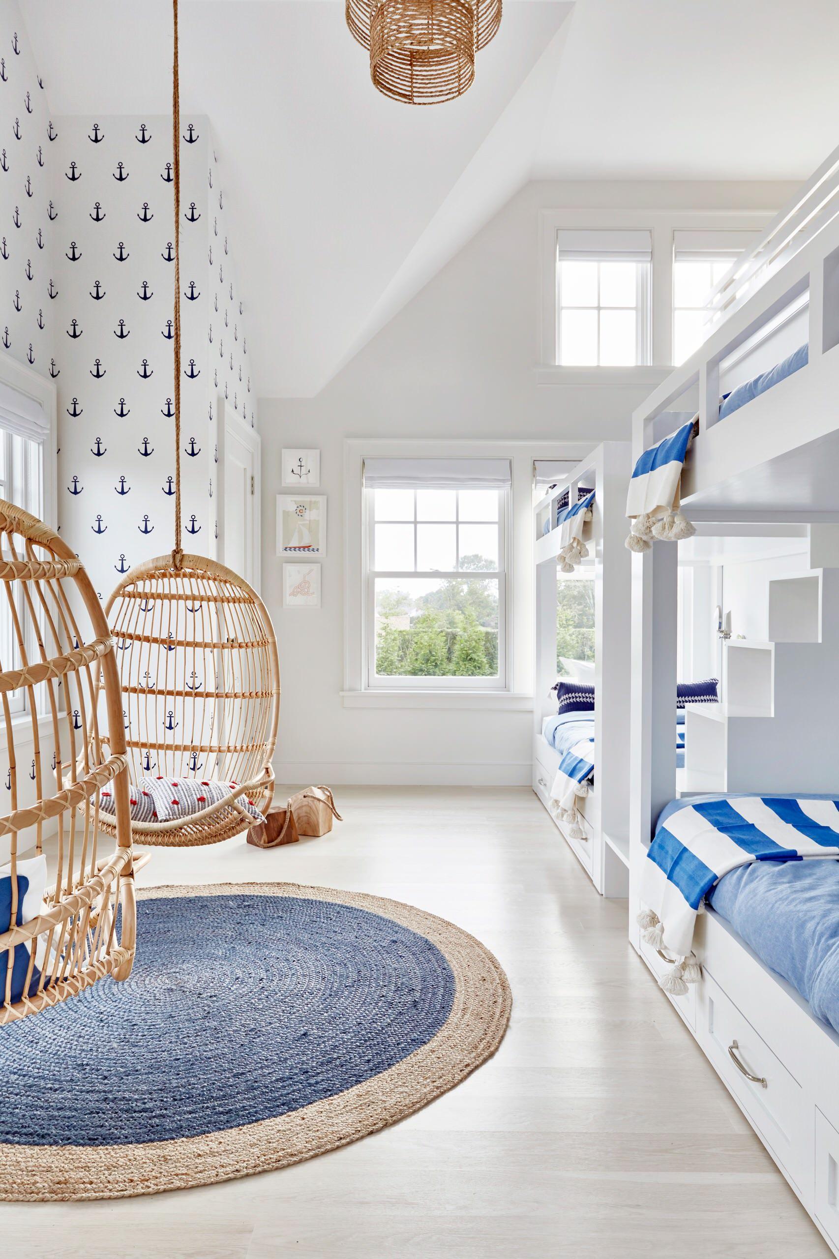 Phòng ngủ màu trắng xanh cho gia đình có đông con cái