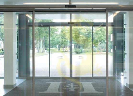 Bộ điều khiển điện tử cho phép cửa tự động nhận biết lúc người đến