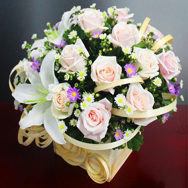 Ảnh có chứa cây, hoa, bó hoa, bàn  Mô tả được tạo tự động