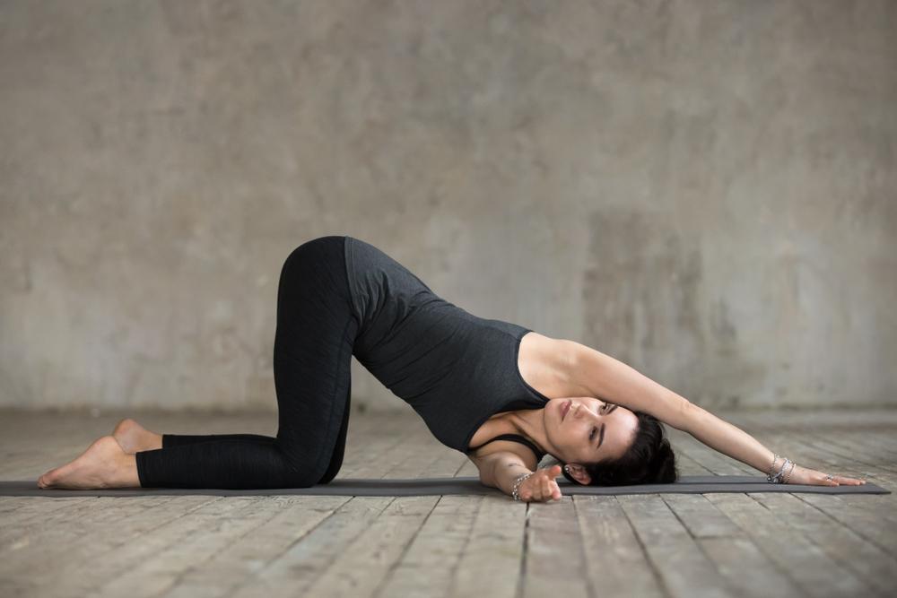 Động tác yoga chữa đau lưng hiệu quả - tư thế luồn kim