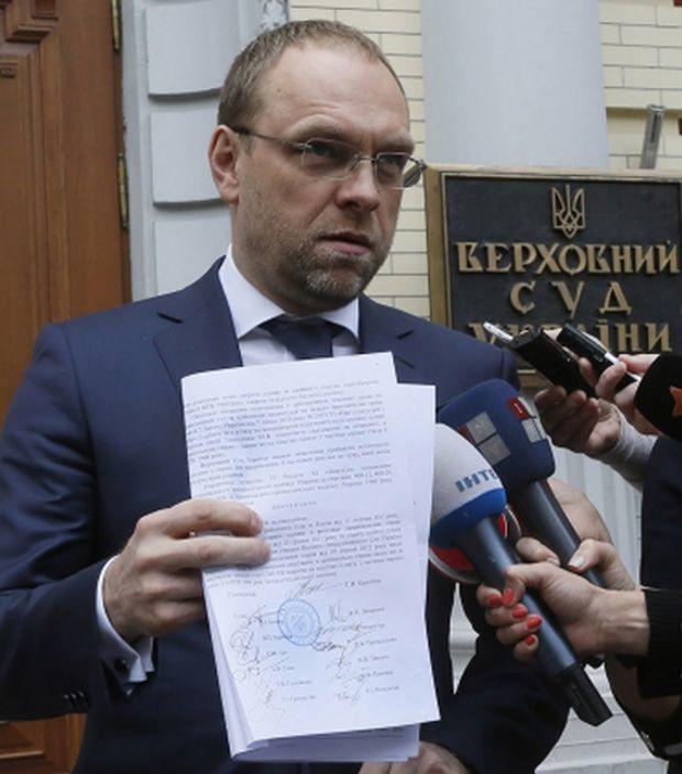 Адвокат Сергій Власенко демонструє урядові директиви з факсиміле Тимошенко