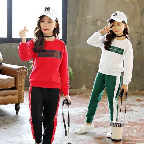 Một trong những cách phối quần áo cho bé gái là áo tay dài và quần thun