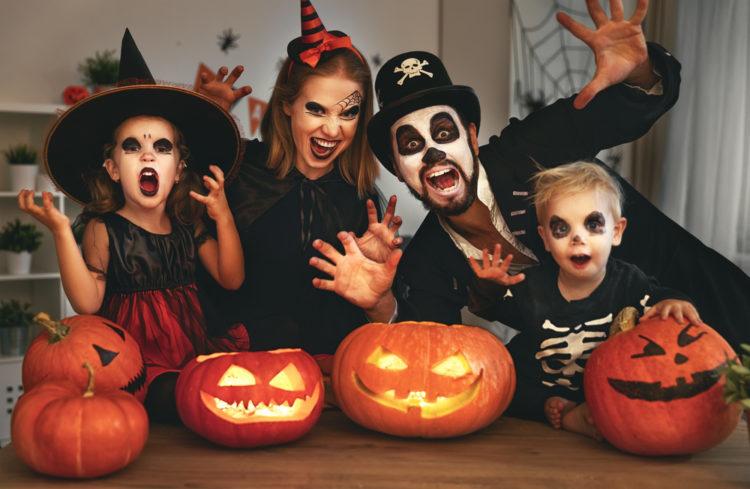 Nhớ tẩy trang da mặt kỹ càng sau khi mùa lễ hội Halloween