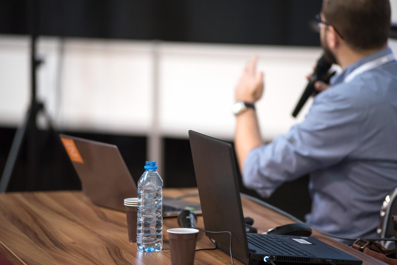 Pessoa apresentando uma ideia em uma conferência