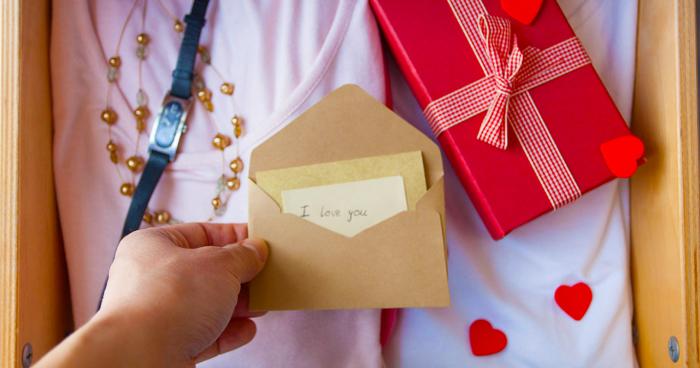 2. Tỏ tình bằng cách tặng quà