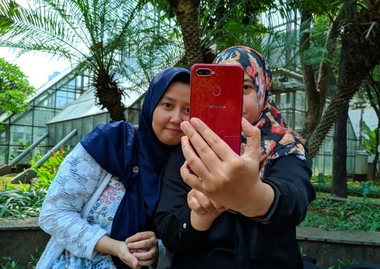 Ilustrasi pengguna sedang selfie dengan Oppo F9 (Foto: Bambang - Gizmologi)