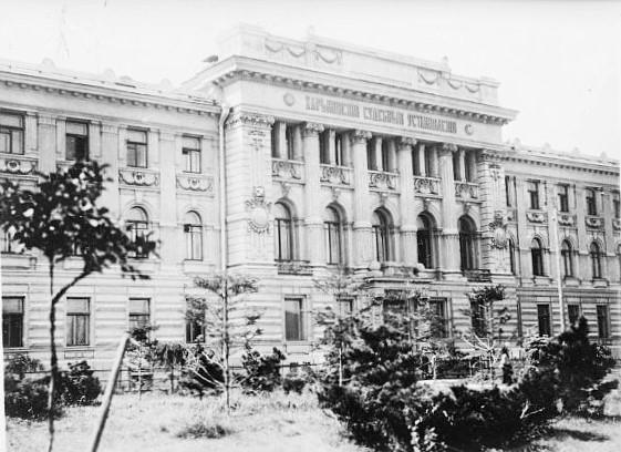 У цьому будинку, що і дотепер стоїть на майдані Героїв Небесної Сотні, засідав перший харківський революційний трибунал. Фото 1919 року з бібліотеки Конгресу США