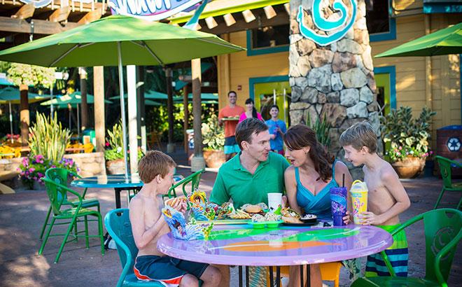 Família em um dos restaurantes do Aquatica