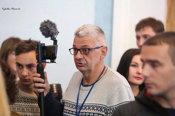 Журналіст Вадим Комаров (у центрі) помер після жорстокого побиття у травні