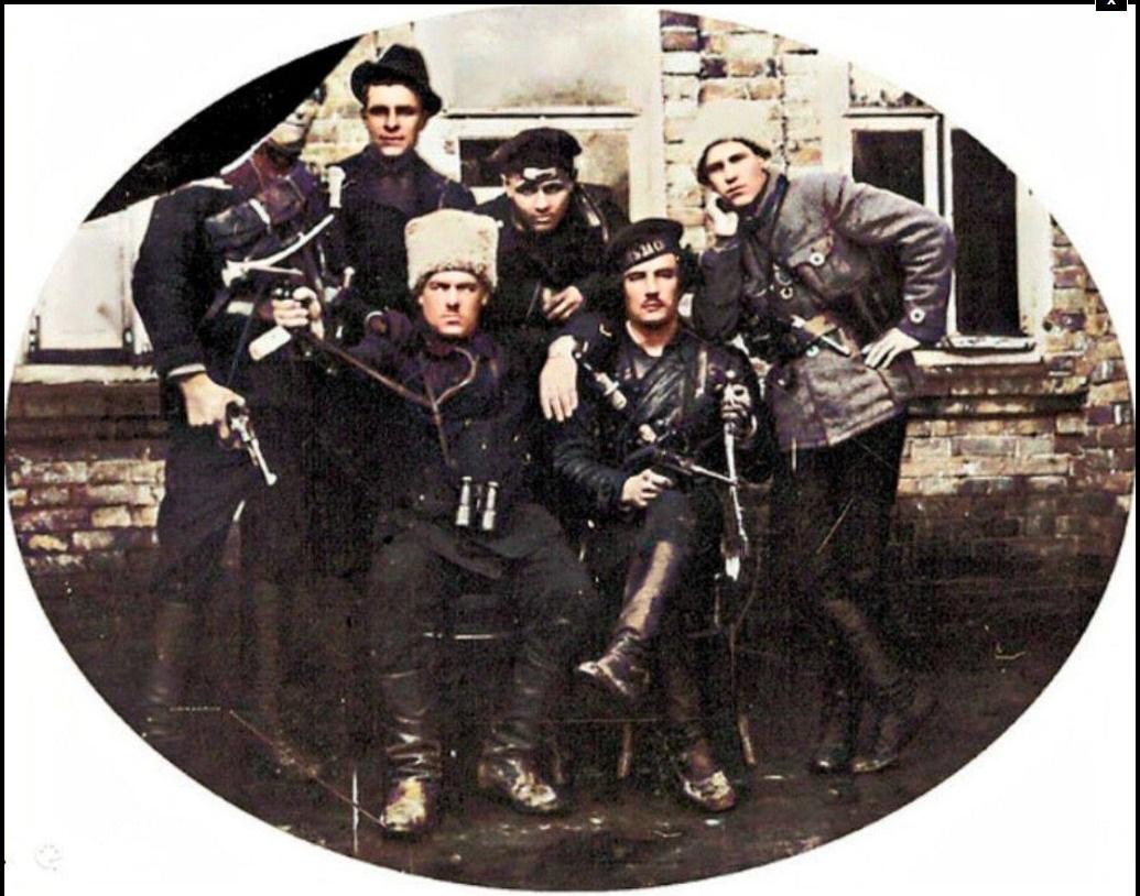 Група махновських командирів. Другій ліворуч в капелюсі Петро Рибін
