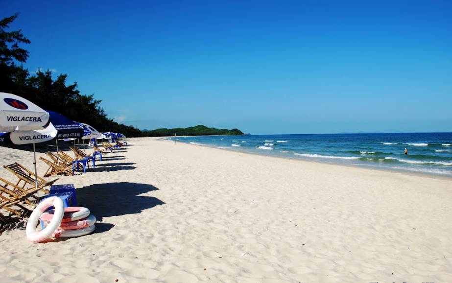 Bãi biển cát trắng tại Minh Châu
