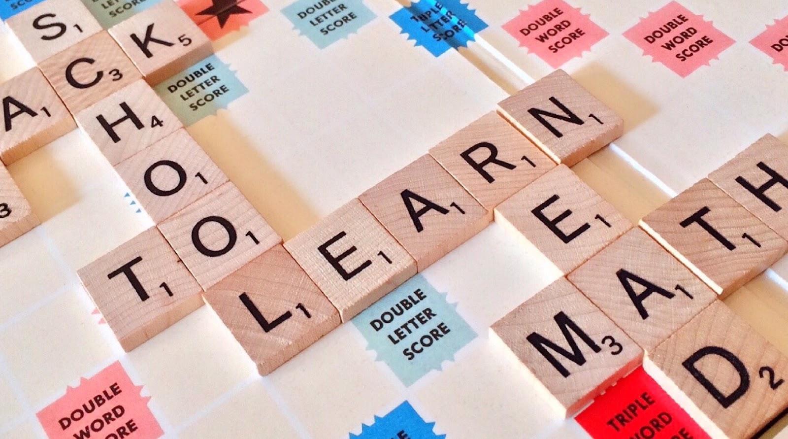 Jogo scrabble com as palavras School Learn em evidência - Saber inglês não é requisito para aprender programação