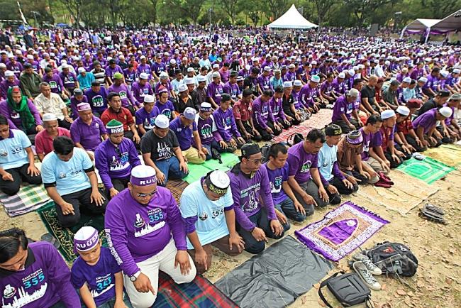 PESERTA Himpunan 355 menunaikan solat zohor yang diimamkan oleh