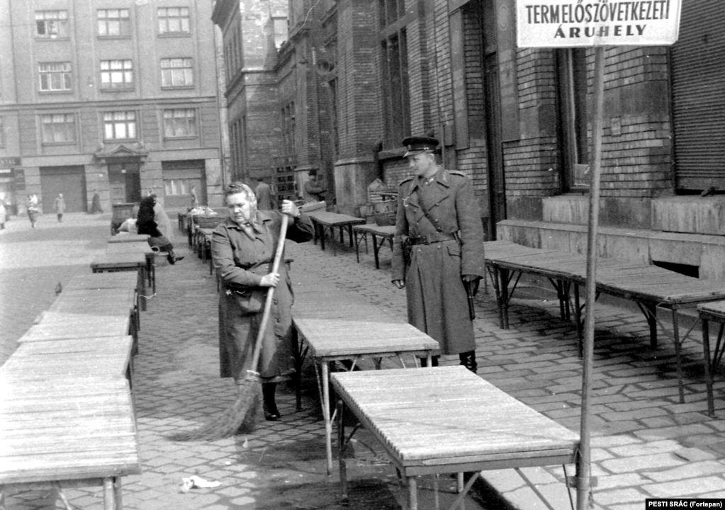 Полицейский и уборщица за работой. Будапешт, 1960 год