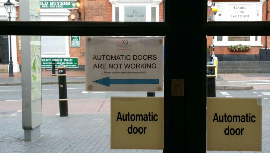 Cổng hoặc cửa điện không hoạt động cần được kiểm tra sớm