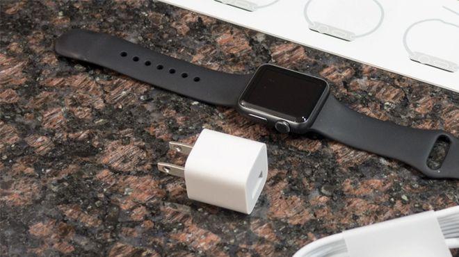 Hai sản phẩm smartwatch mới của Apple không đi kèm củ sạc trong hộp /// Ảnh chụp màn hình PhoneArena