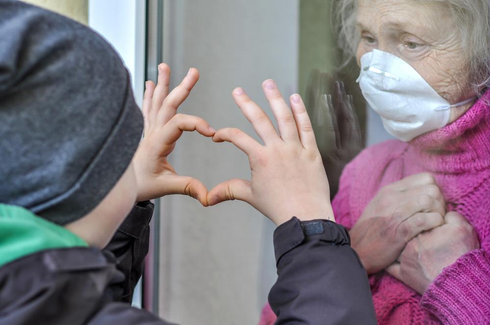 O isolamento social é outra razão para a diminuição das internações de idosos por covid-19. (Fonte: Shutterstock/Alonafoto/Reprodução)