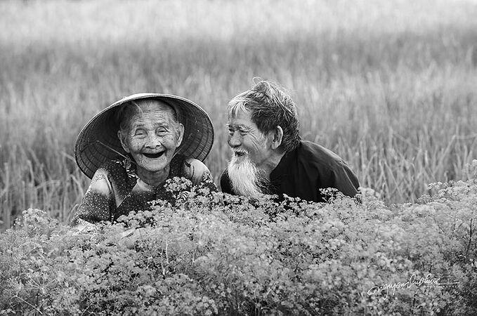 Ông Lê Văn Se (96 tuổi), hơn vợ mình - bà Nguyễn Thị Lợi 8 tuổi, sống tại Hội An. Họ yêu nhau khi cả hai đã bước qua độ tuổi 30 và kết hôn sau 10 năm. Ngay sau đám cưới của họ, chiến tranh lại nổ ra. Ông Se tham gia quân đội và bị địch bắt. Bà Lợi ở nhà với nỗi đau khôn cùng và tin rằng chồng mình đã hy sinh.Năm 1954, ông Se bất ngờ trở về từ chiến trường. Vợ chồng ông đoàn tụ sau bao năm xa cách và từ đó cùng nhau xây dựng một cuộc sống gia đình.
