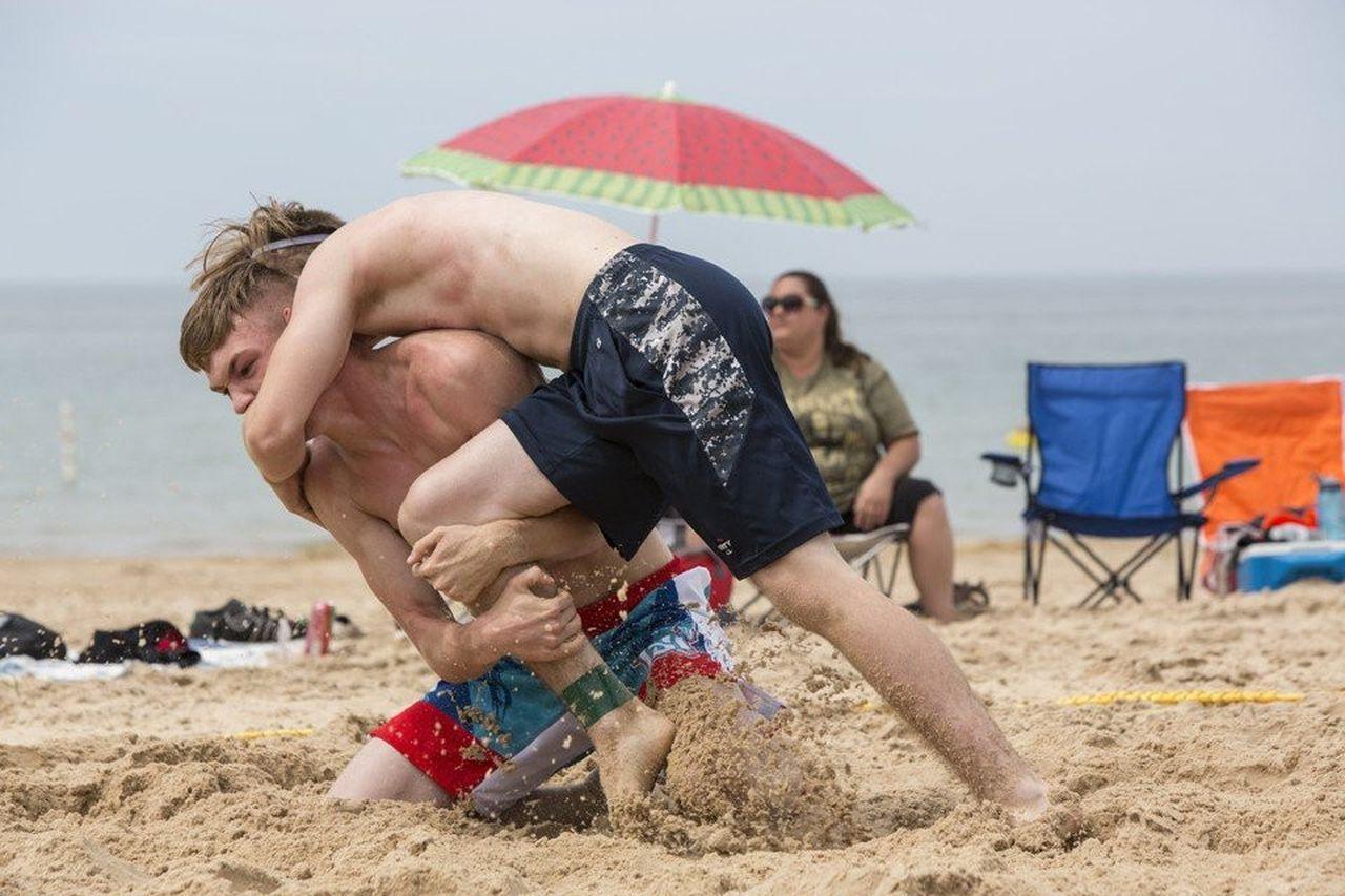 Đấu vật bãi biển cũng giống như đấu vật nghiệp dư. Đây là một môn thể thao chiến đấu tấn công toàn diện bao gồm cận chiến và cực kỳ phức tạp và có độ bền cao.