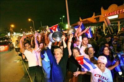 邁阿密的古巴社區,26日歡慶卡斯楚的辭世。 (美聯社)