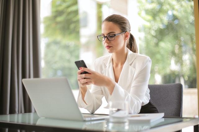 Mulher cadastrando cliente pelo celular