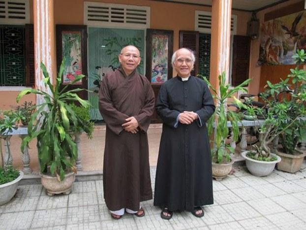 Thượng tọa Thích Không Tánh và Linh mục Phan Văn Lợi trong một lần gặp gỡ tại nhà linh mục Lợi năm 2013