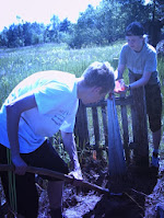 Приводим в порядок могилку неизвестного солдата на линии обороны в Петриковском райлне