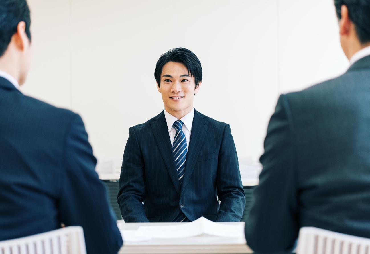 スーツを着た男性  自動的に生成された説明