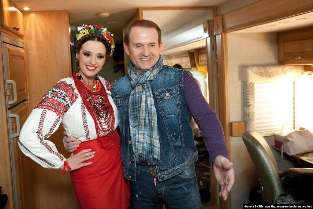 У 2018 році «Схеми» розповіли, що Оксана Марченко – власниця нафтового бізнесу в Росії, що згодом підтвердив і сам Медведчук, додавши, що управляє цим бізнесом він
