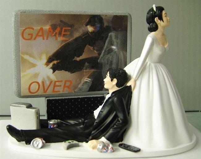 """""""Trò chơi kết thúc"""", chú rể đã thua cô dâu một cách triệt để. Chiếc bánh người này chắc hẳn dành cho những cô dâu """"bạo lực""""."""