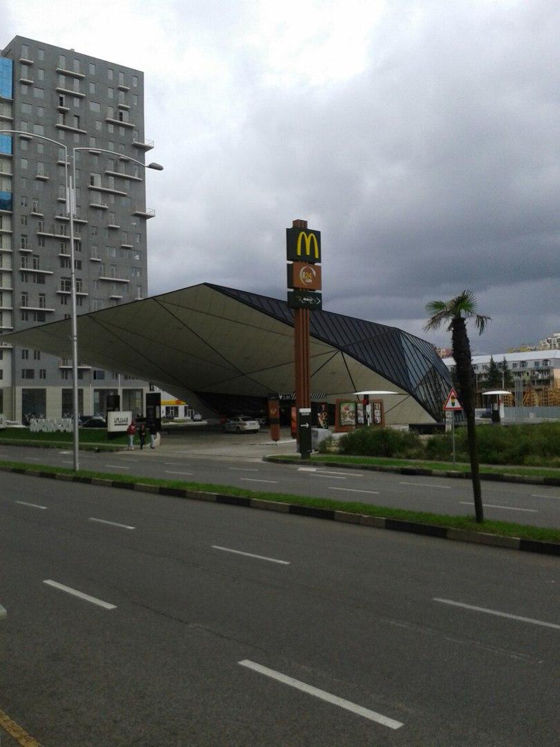 незвичайний зовнішній вигляд ресторану Макдональдс