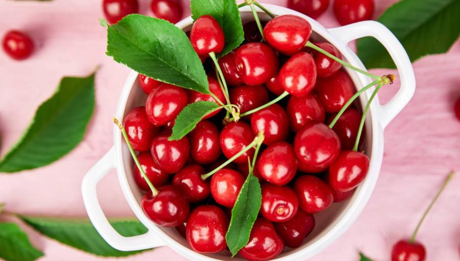 Bạn có thể dùng ngón tay ấn nhẹ vào thịt quả: Cherry ngon cho cảm giác trái cứng, chắc thịt chứ không bị mềm hay bị nhũn.