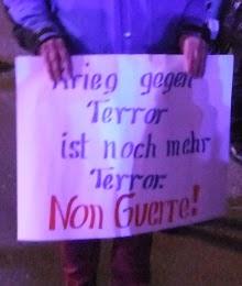 Auf einem Plakat steht: »Krieg gegen Terror ist noch mehr Terror«.