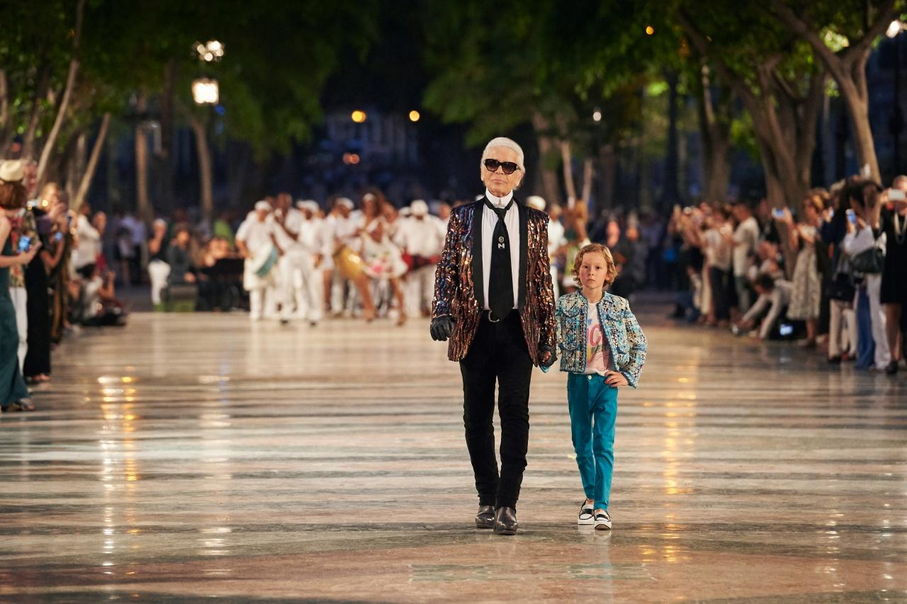 江湖盛傳此騷是Karl Lagerfeld在Chanel的最後力作,他與Hudson Kroenig一同謝幕時,繼續穿著他最欣賞的Hedi Slimane手筆,未知是否意味交棒。(品牌提供)