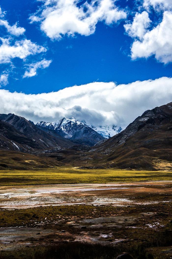 Vista de lejos de los Nevados del Perú