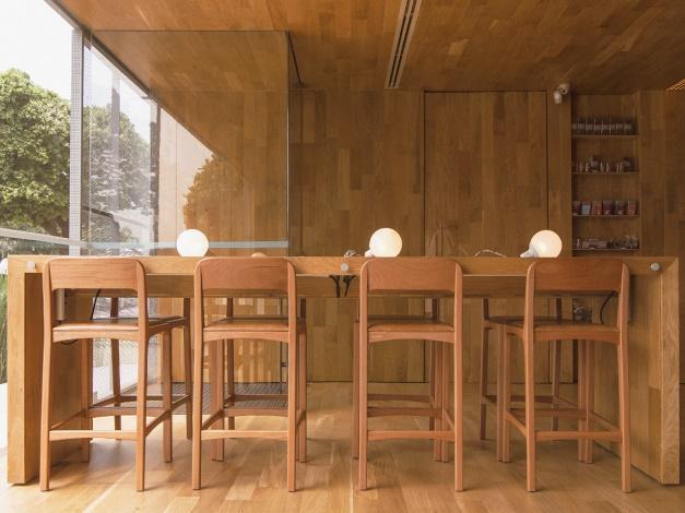 Cadeira e mesa de madeira  Descrição gerada automaticamente