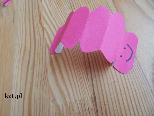 gąsienica z kartki papieru