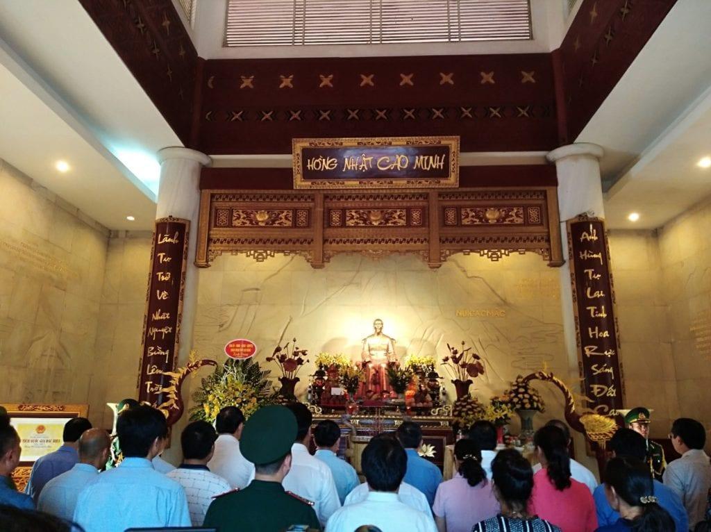 Đoàn đại biểu của Đảng Cộng sản Việt Nam và người dân Cao Bằng dâng hương, dâng hoa tại Đền thờ Chủ tịch Hồ Chí Minh tại Cao Bằng. Ảnh: pacbo.vn.