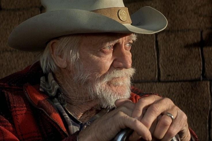Un hombre con barba y sombrero  Descripción generada automáticamente con confianza media