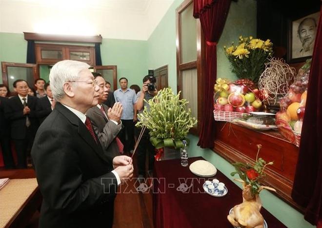 Tổng Bí thư, Chủ tịch nước Nguyễn Phú Trọng dâng hương cúng bái Chủ tịch Hồ Chí Minh tại Hà Nội năm 2019. Ảnh: TTXVN.