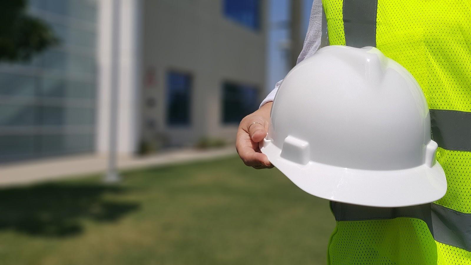 Um trabalhador com um capacete de obras.